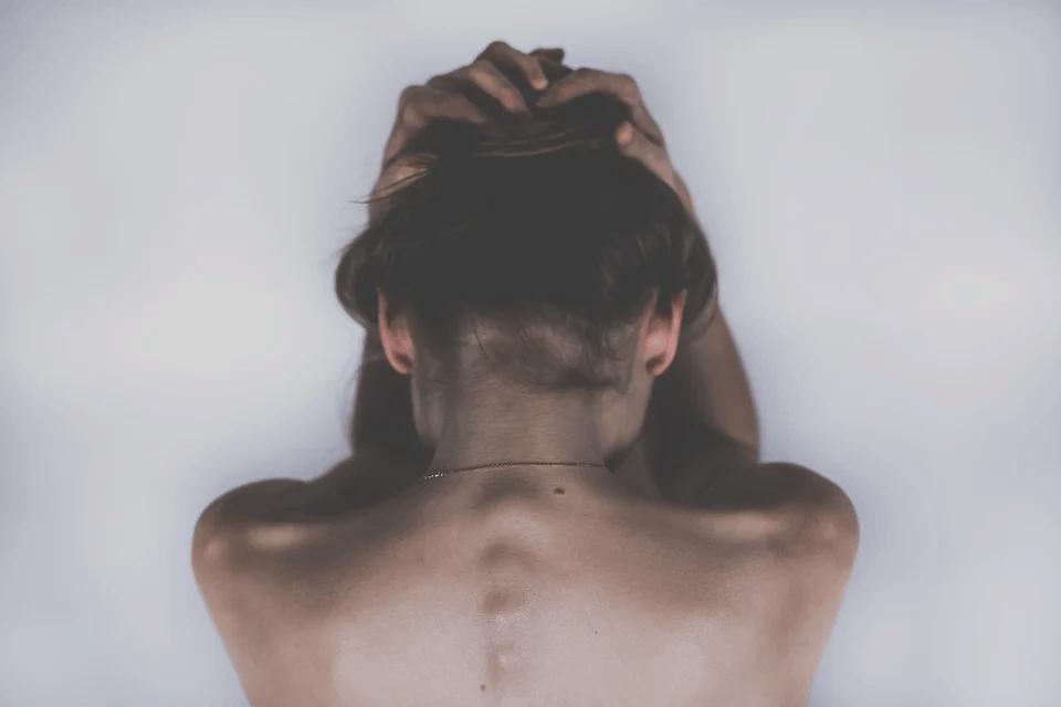 Cannabis helpt pijn te beheersen (afb: https://pixabay.com/photos/woman-sad-depression-headache-2609115/)