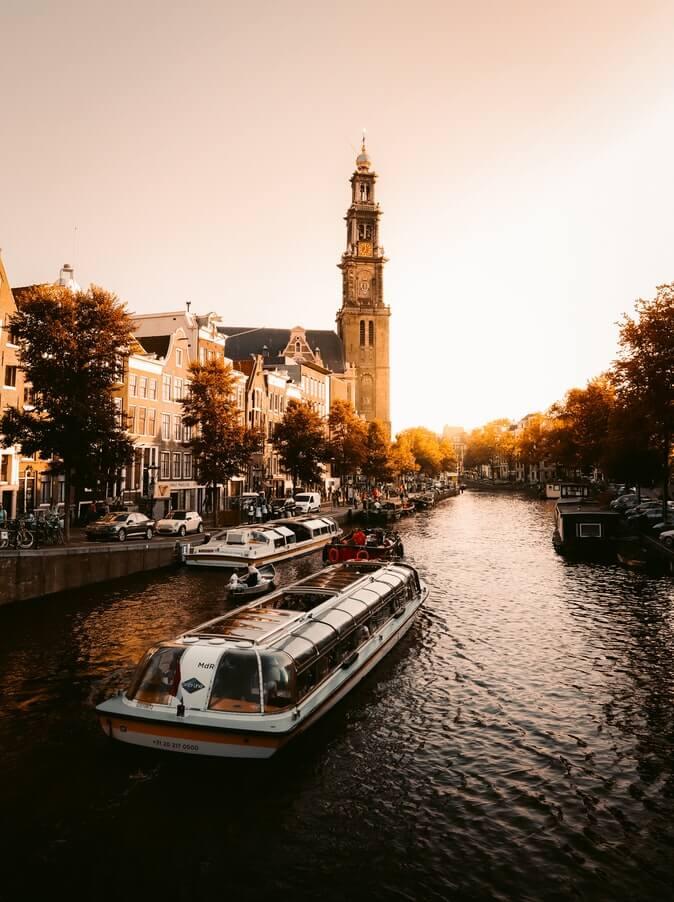 Amsterdam volgt voorbeeld met coffeeshops zoals andere steden (afb)