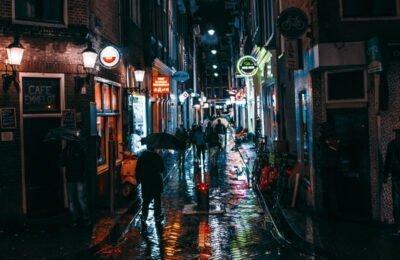 Amsterdama apņemas plānot aizliegt tūristus no pilsētas kafijas veikaliem