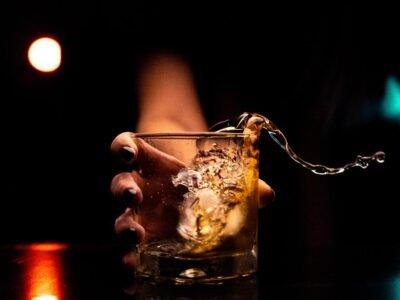 Naar De Film Another Round (Druk): Wat Gebeurt Er Echt Als Je Alcohol Microdoseert?